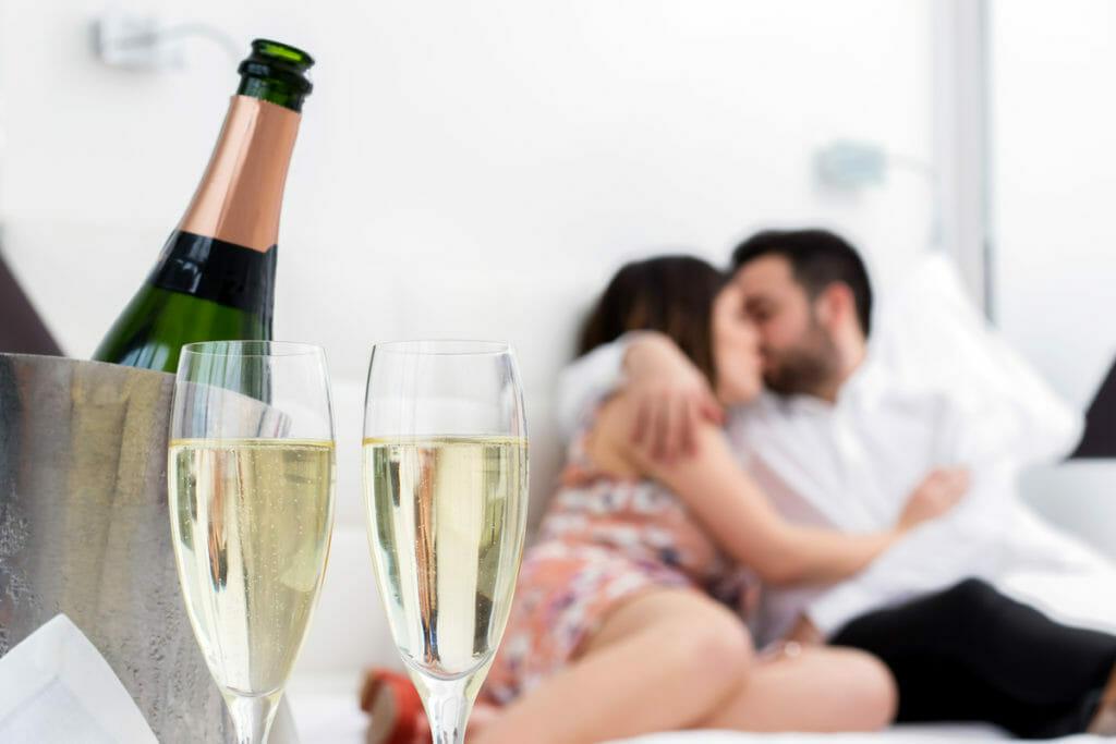 Súčasťou romantického pobytového balíka je i romantická večera, či fľaša sektu na izbe