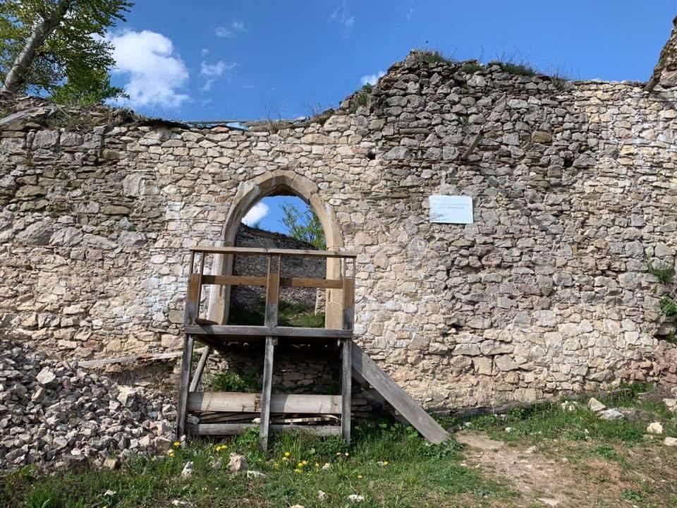Zrekonštruovaný gotický portál na Hanigovskom hrade