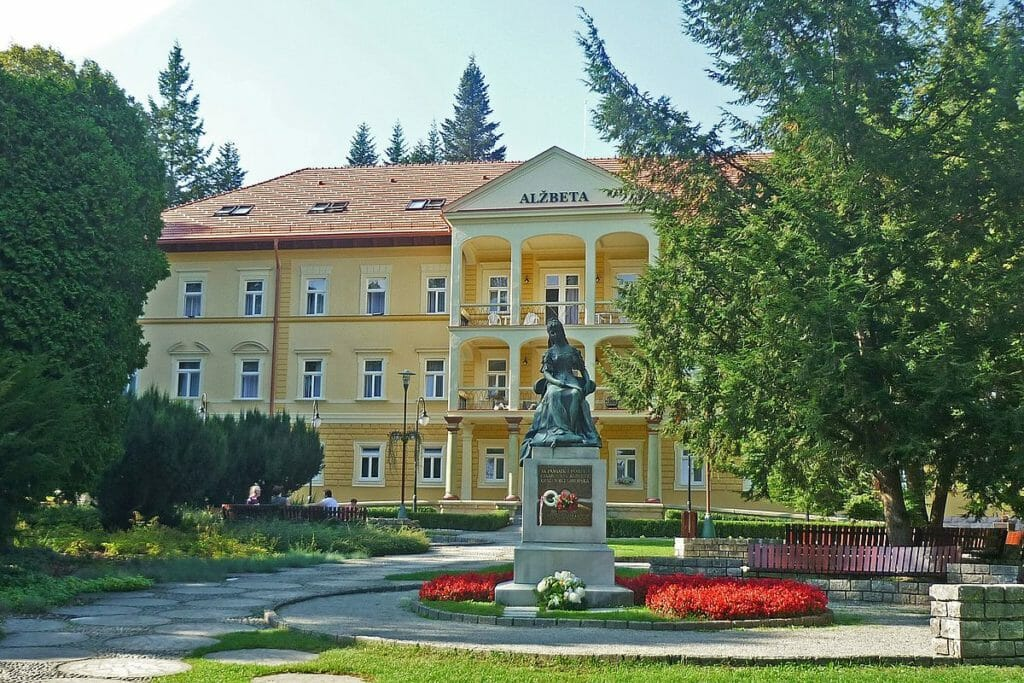 Hotel Alžbeta v Bardejovských Kúpeľoch – prvá zastávka náučného chodníka a pamätník Sisi