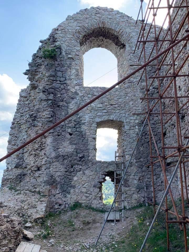 Okenné oblúky v hradnej stene
