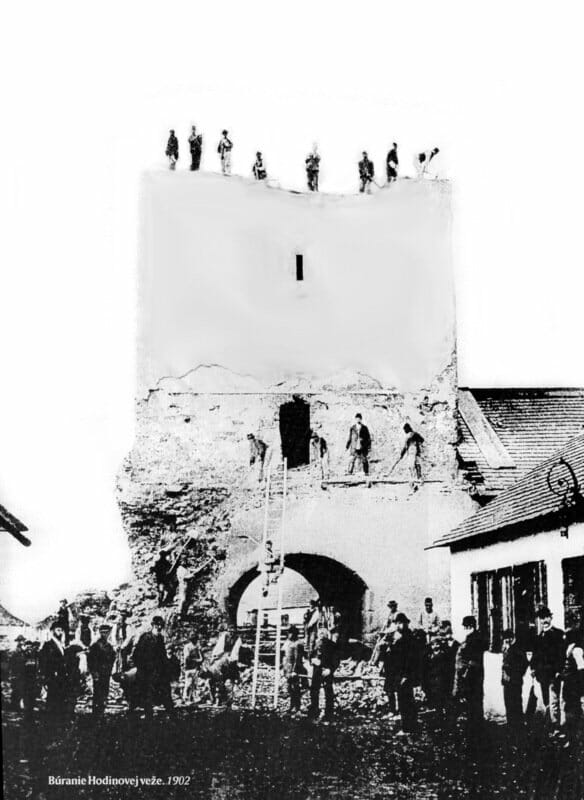 Búranie hodinovej veže zachytené na historickej fotografii, rok 1902