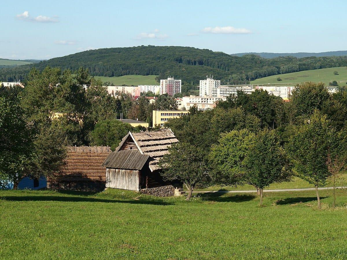 Pohľad zo skanzenu na mesto Svidník