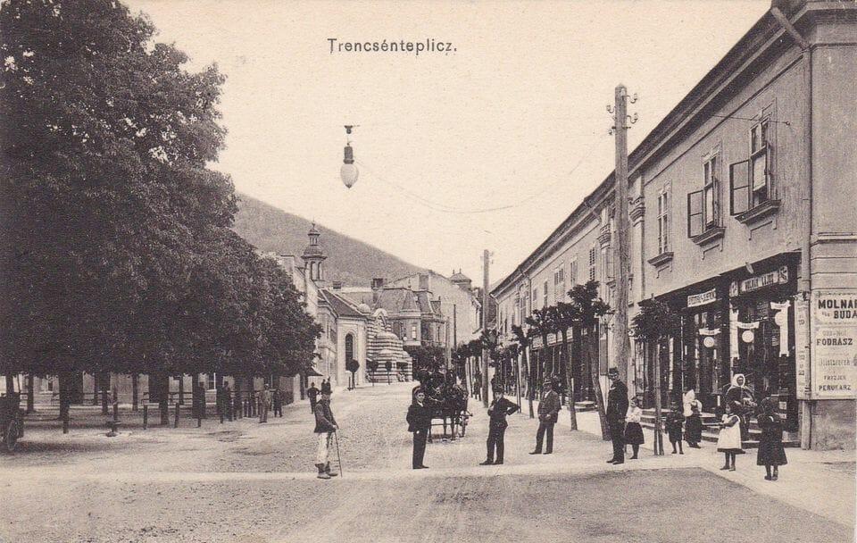 Dobová fotografia Kúpeľnej ulice, z 20-tich rokoch 20. Storočia, v Trenčianskych Tepliciach