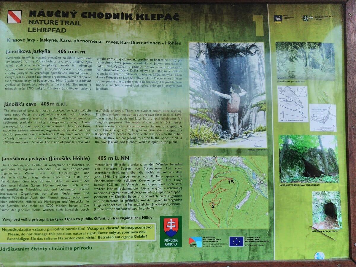 Informačný panel pri vstupe do Jánošíkovej jaskyni