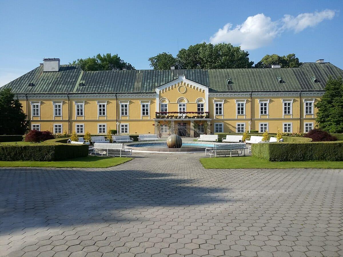 Kaštieľ Lednické Rovné a Sklárske múzeum