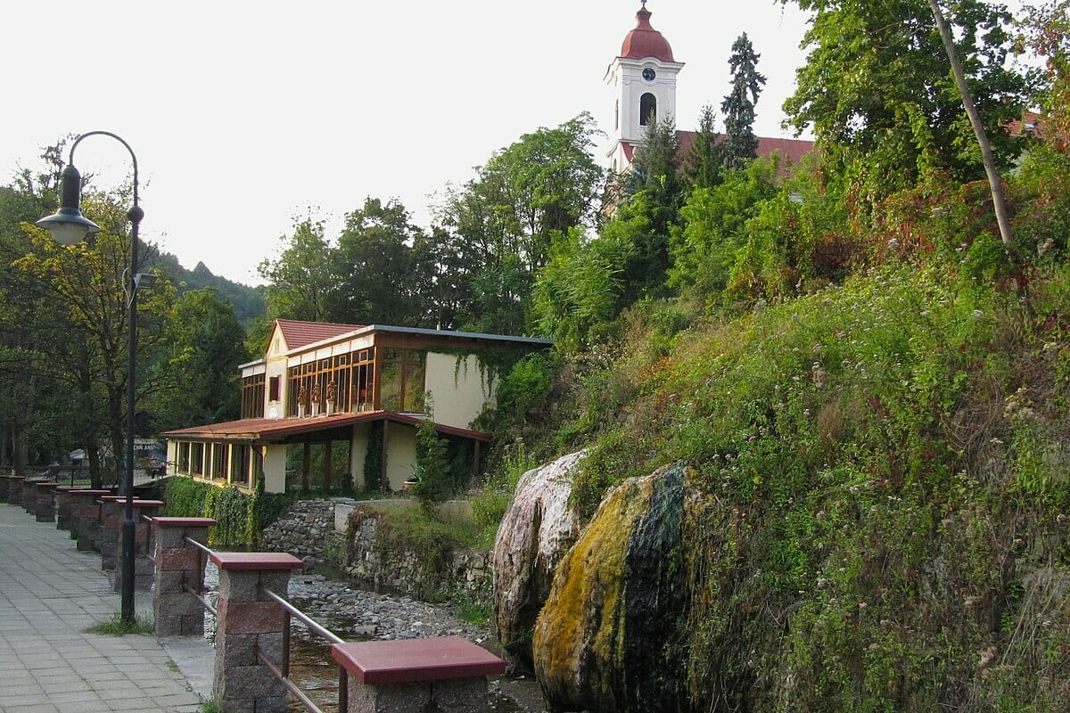 Parný kúpeľ v Sklených Tepliciach. Nad ním sa týči Kostol sv. Lukáša.