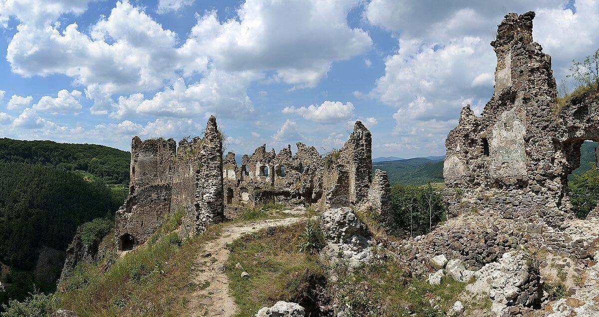 Areál horného hradu Šášov