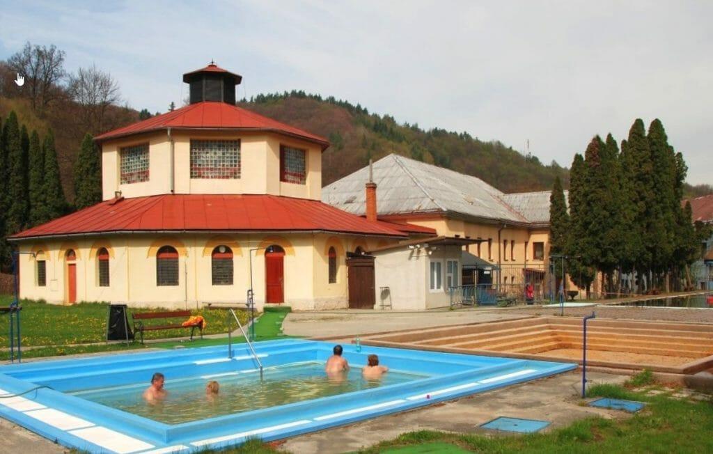 Termálne kúpalisko v Sklených Tepliciach – pohľad na bazén