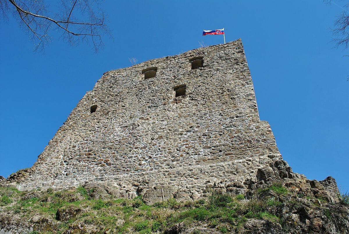 Hrad Revište – hradné múry obytných budov