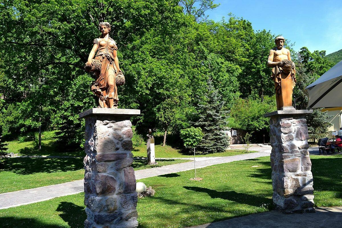 Miesto bývalého Kursalónu v súčasnosti zdobia sochy 4 ročných období