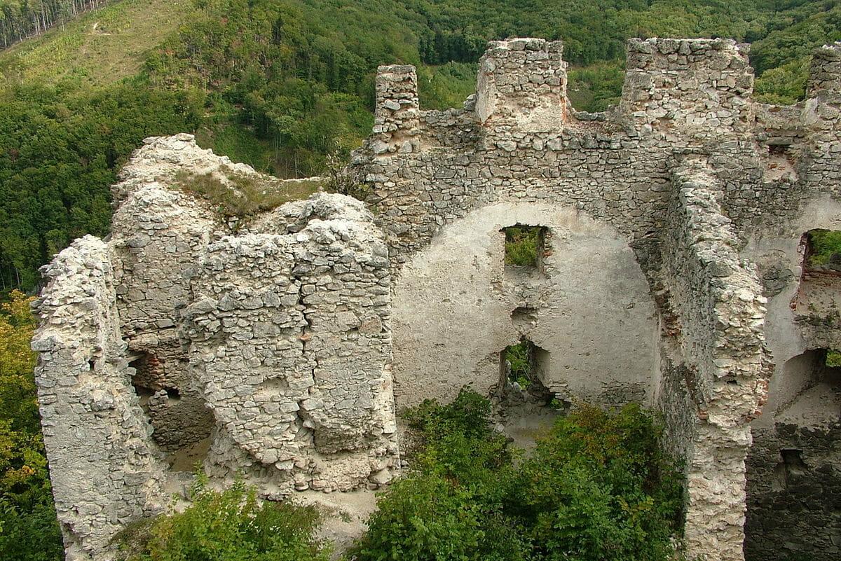 Hrad dnes pripmínajú iba ruiny