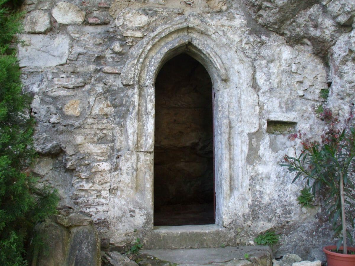 Vchod do jaskyne a kaplnky