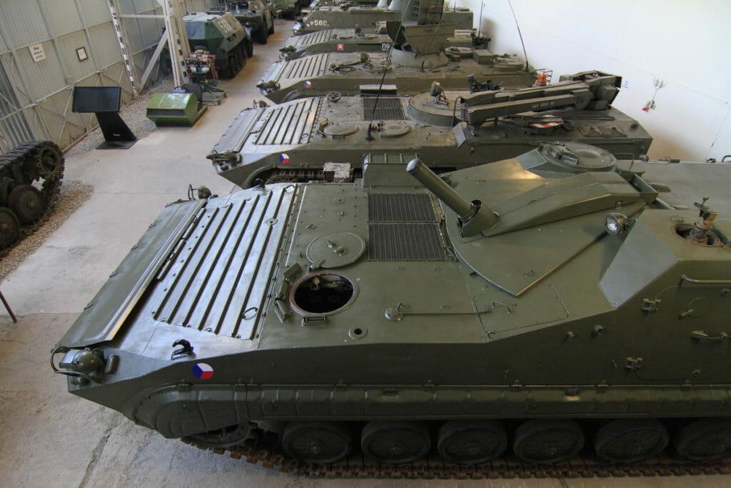 Bojové tanky v hale číslo 2