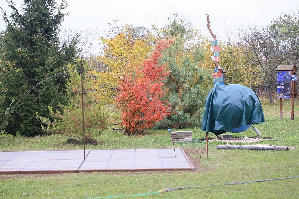 V parku sa nachádzajú aj vzdelávacie modely a makety planét