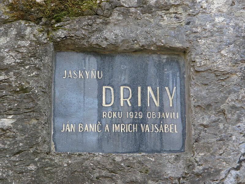 Pamätná tabuľa v jaskyni Driny
