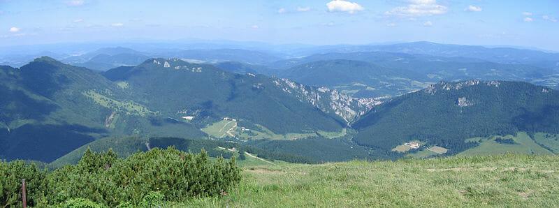 Pohľad na Vrátnu dolinu z Poludňového grúňa