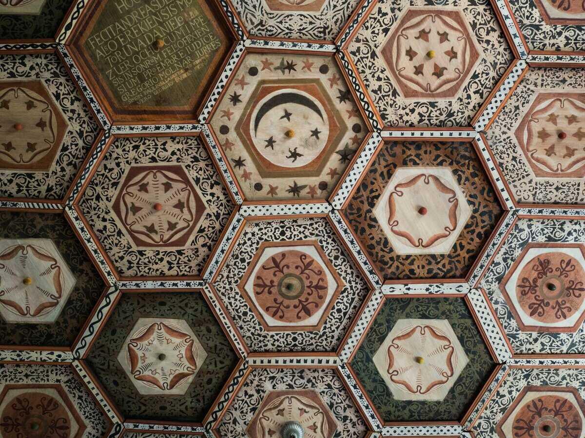 Drevený kazetový strop, kostol Malé Teriakovce. Najstaršie okrovo červené kazety pochádzajú z 1. polovice 16. storočia