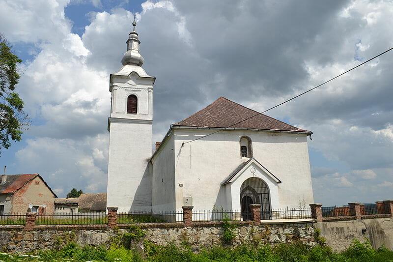 Kostol reformovanej cirkvi a múr v Rimavskej Seči