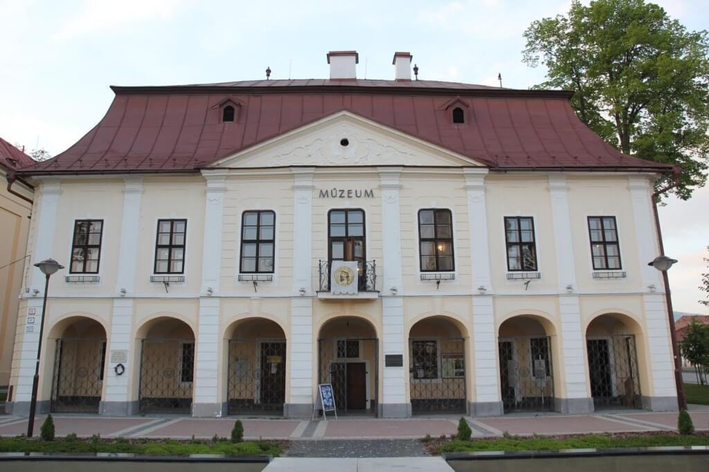 Historická budova radnice na námestí, kde sídli etnografická expozícia