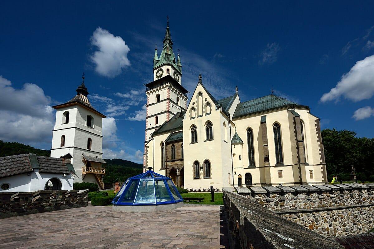 Kremnický hrad – pohľad na kostol sv. Kataríny a hodinovú vežu