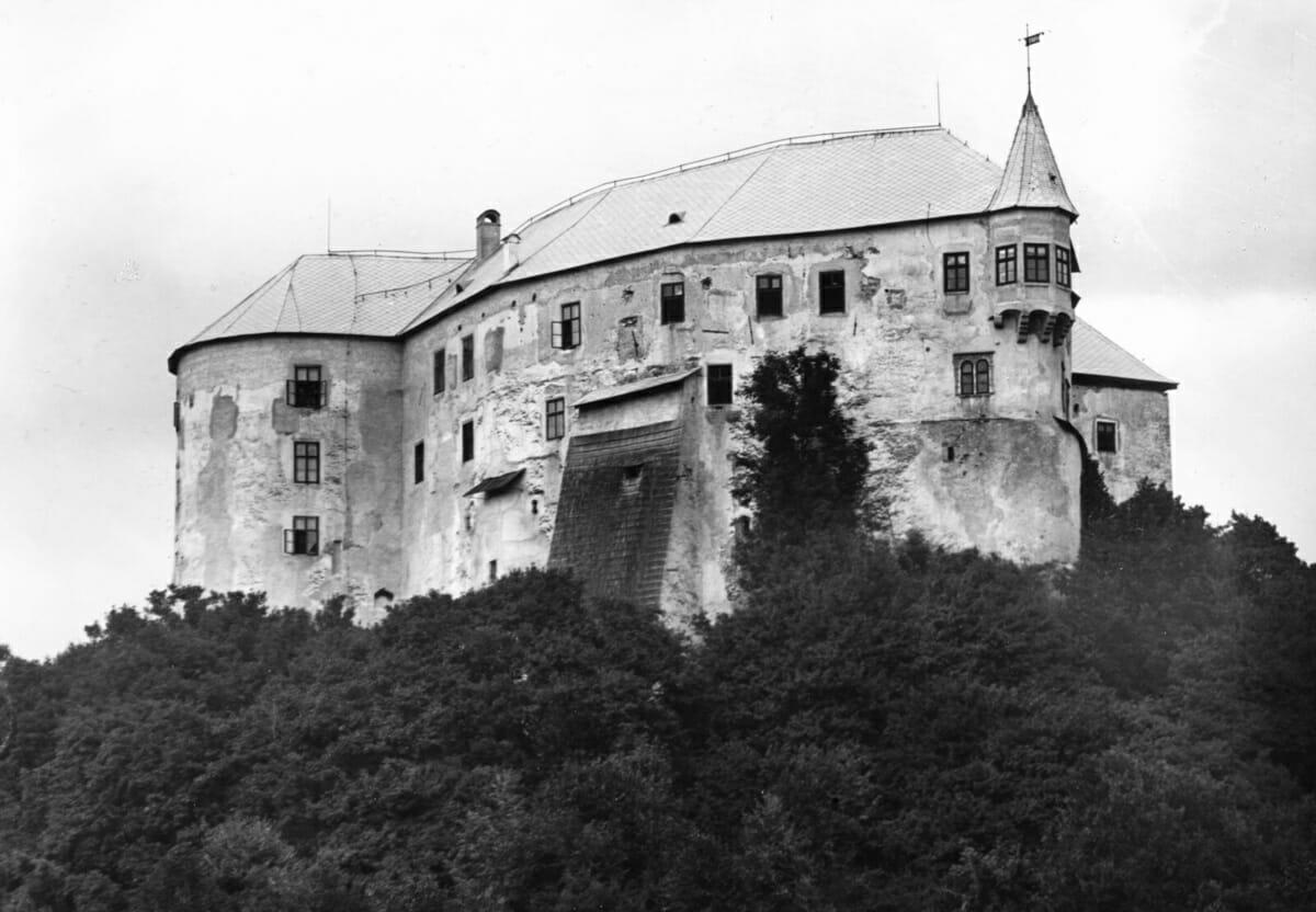 Hrad na historickej fotografii z roku 1940