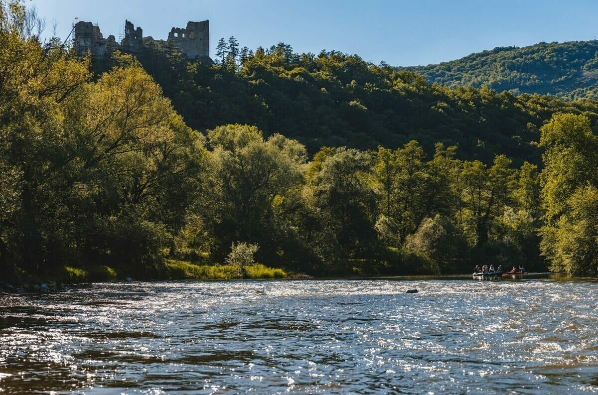 Vodáci majú možnosť užiť si aj historické či prírodné atrakcie