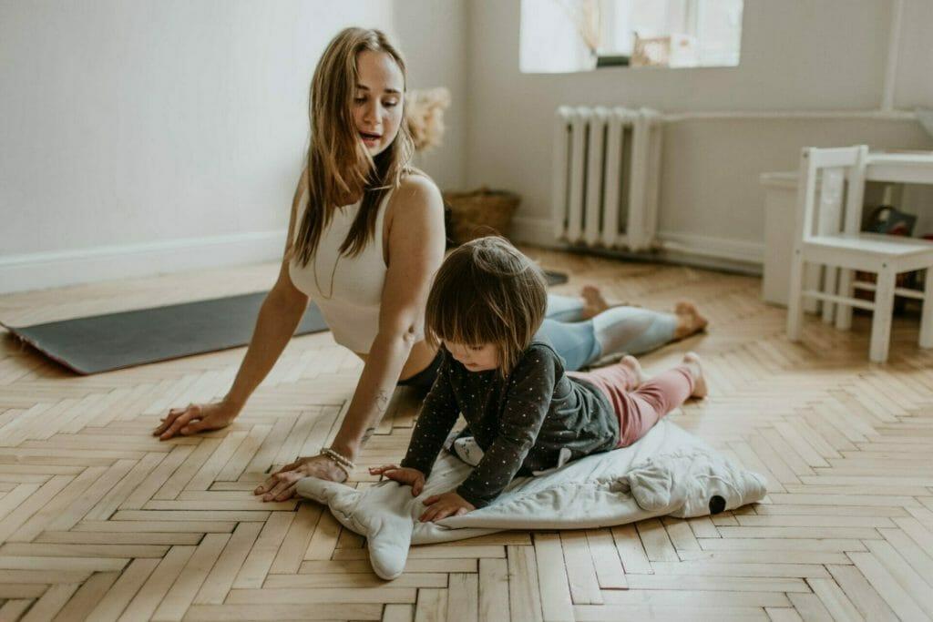 Joga je tak nenáročná, že vám pri nej, pokiaľ ich to baví, môžu asistovať aj vaše detičky.