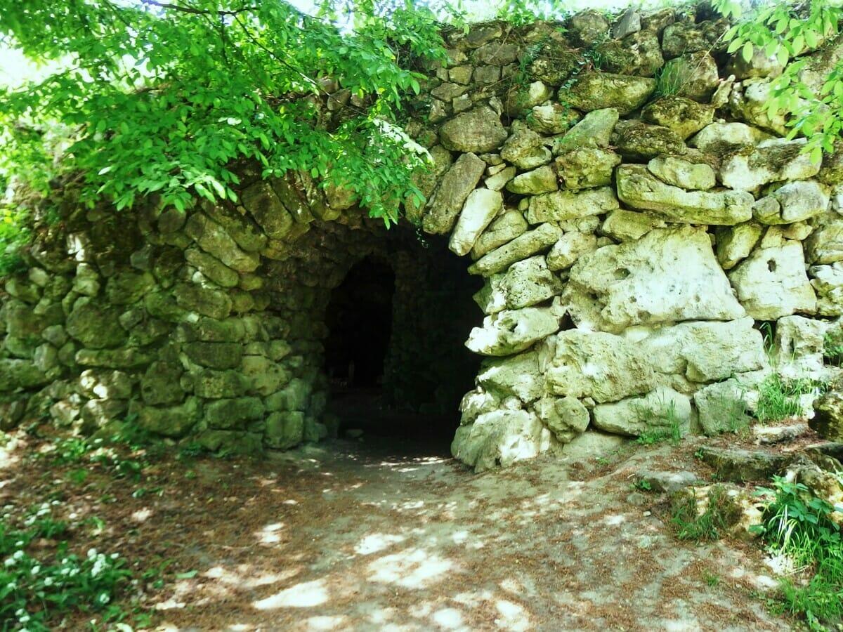 Obnovená umelá jaskyňa v historickom parku