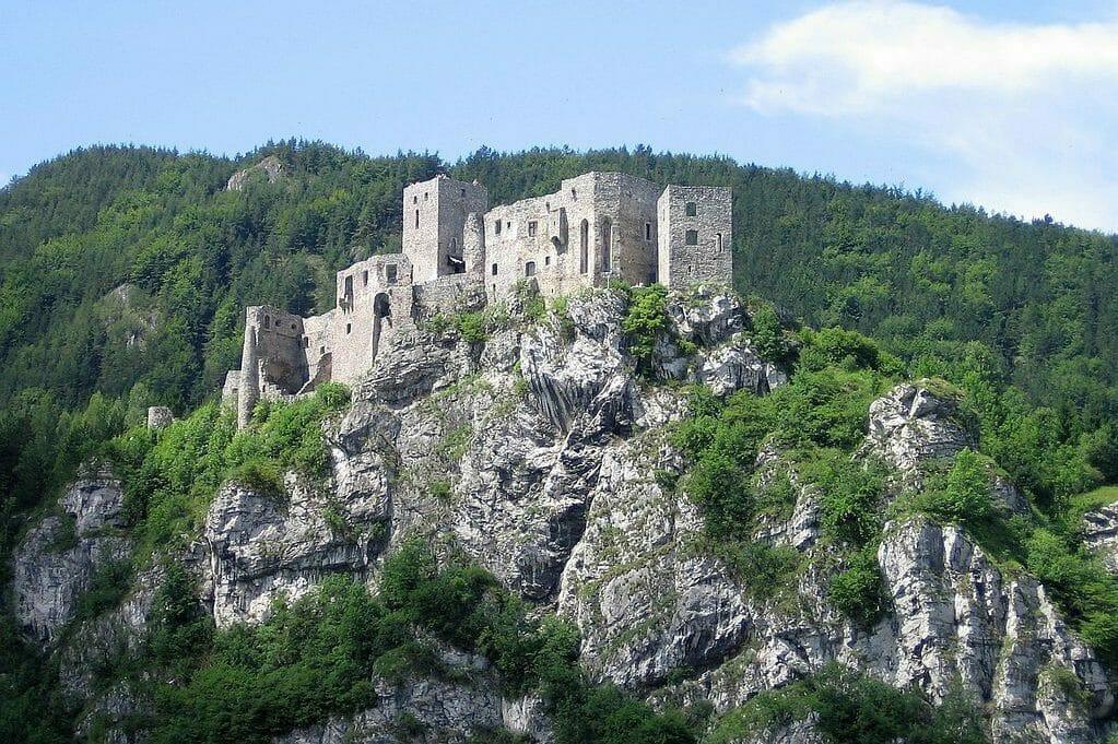 Pohľad na hrad Strečno a skalný masív
