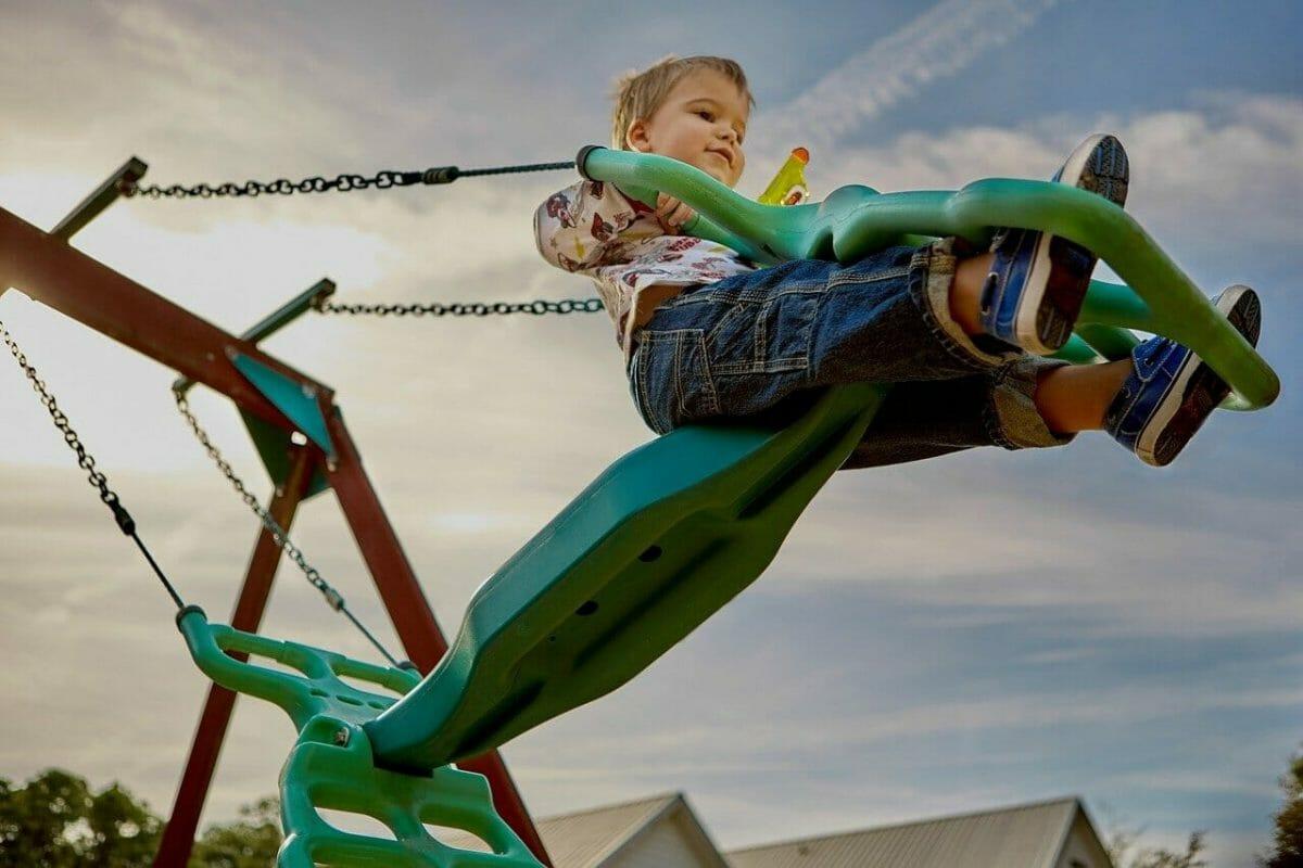 Hojdačky, preliezky sú ideálne pomôcky pre vyplnenie voľného času detí.