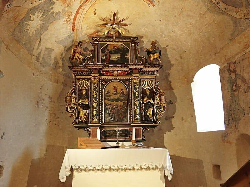 Oltár v románskom kostole v Dechticiach