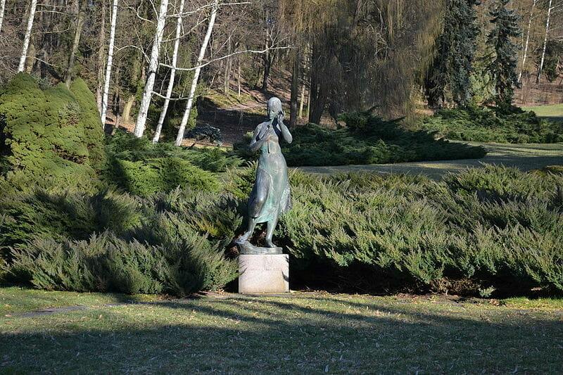 Socha Sládkovičovej Maríny v kúpeľnom parku Sliač