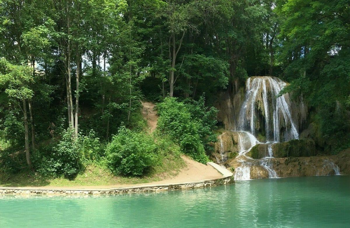 Okolie vodopádu poskytuje príjemný tieň hlavne v letných dňoch