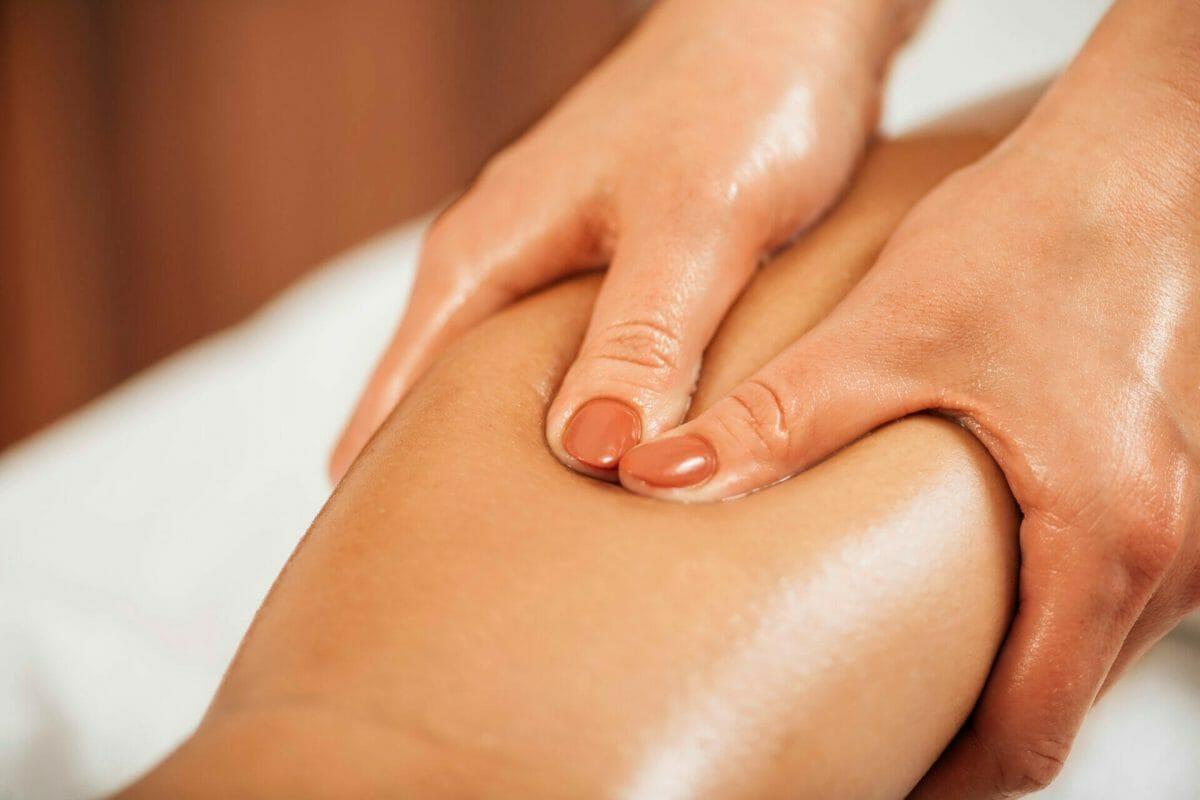 Manuálna lymfodrenáž sa vykonáva bez olejov, emulzií a mastí, aby terapeut dobre nahmatal daný problém
