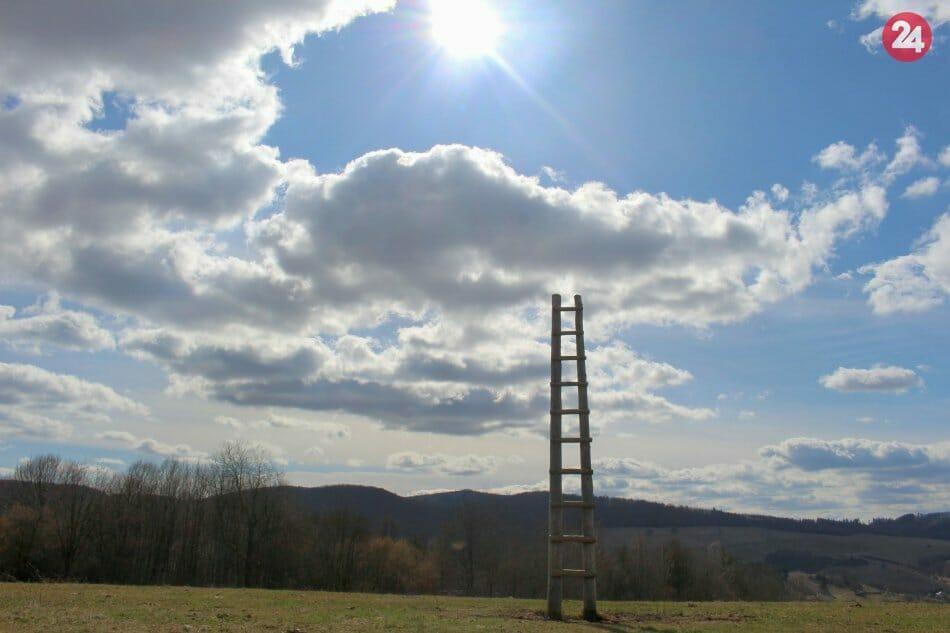 Rebrík je z dreva a týči sa do výšky 5 metrov