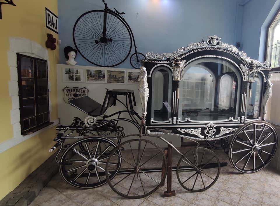 Expozícia starších dejín dopravy - historický pohrebný koč