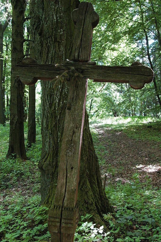 Drevený kríž pred vchodom do vrchnej časti Hradiska Zámčisko