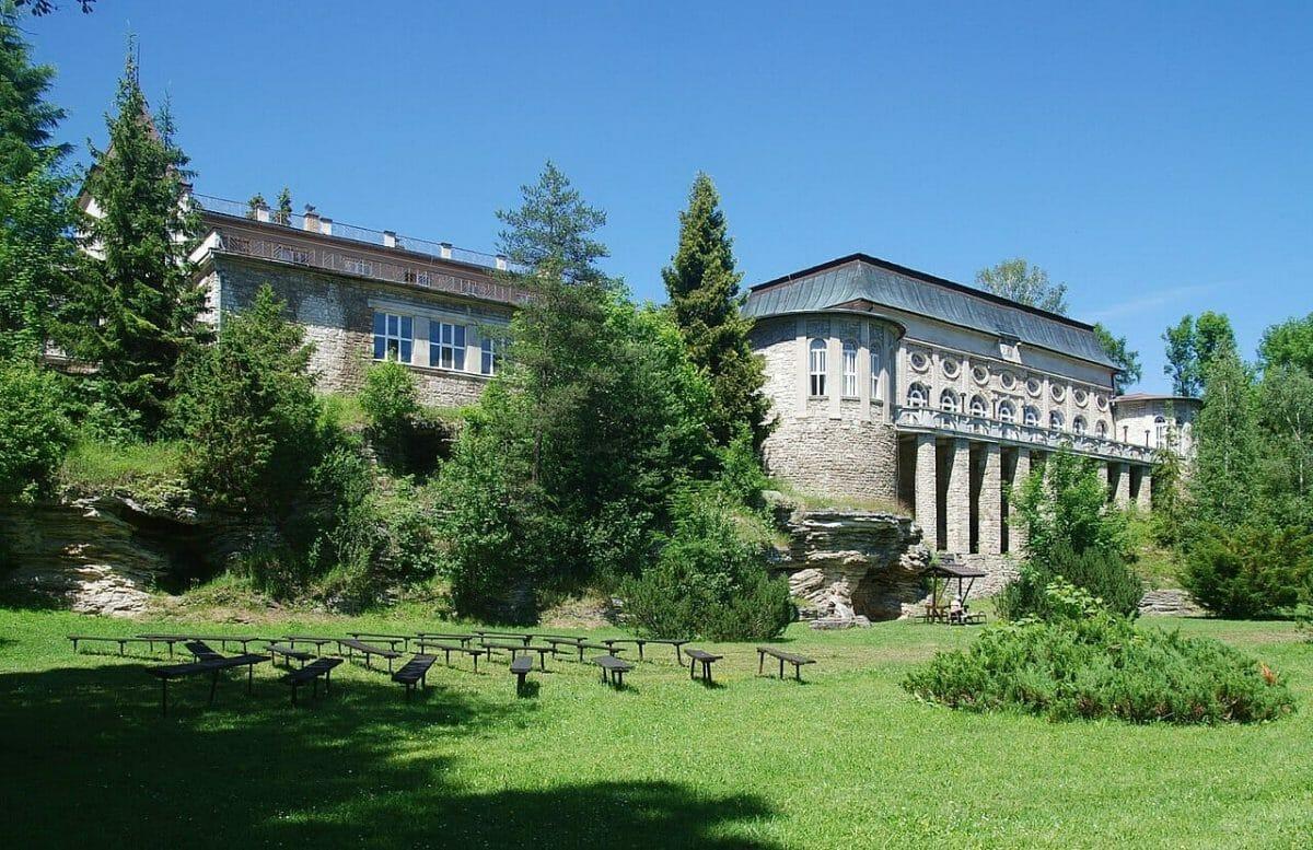 Pohľad na Biely dom grófa Zamoyského z parku