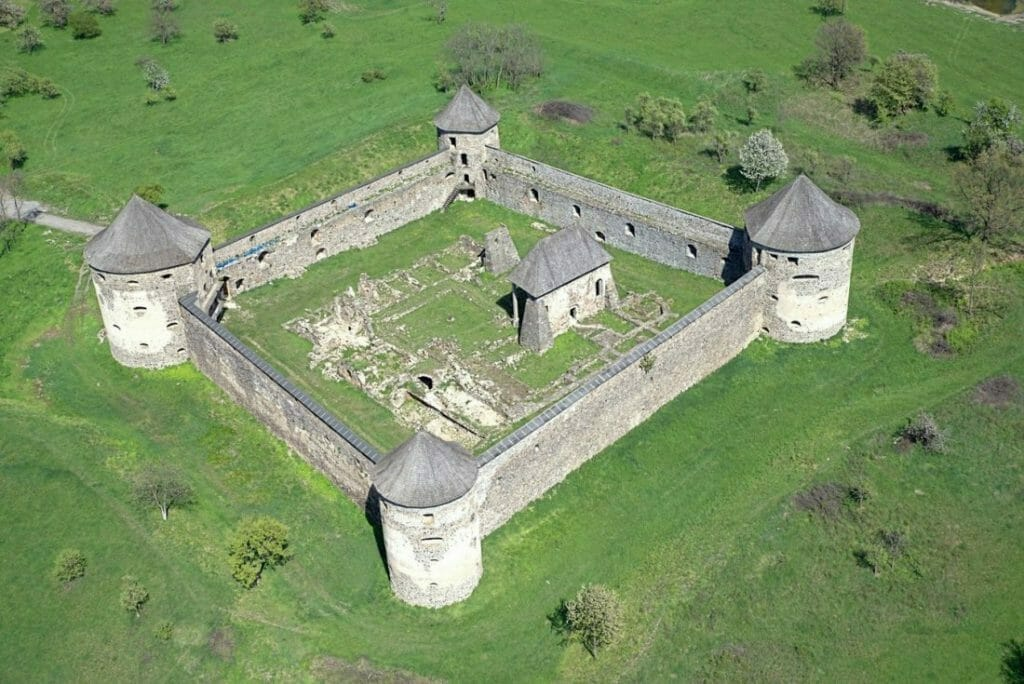Letecký pohľad na kláštor Bzovík