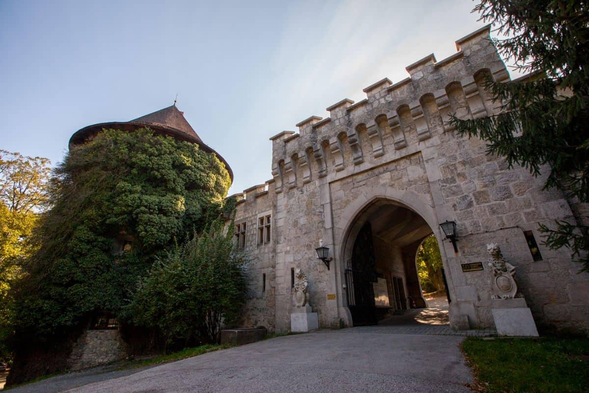 Vstupná brána Smolenického zámku