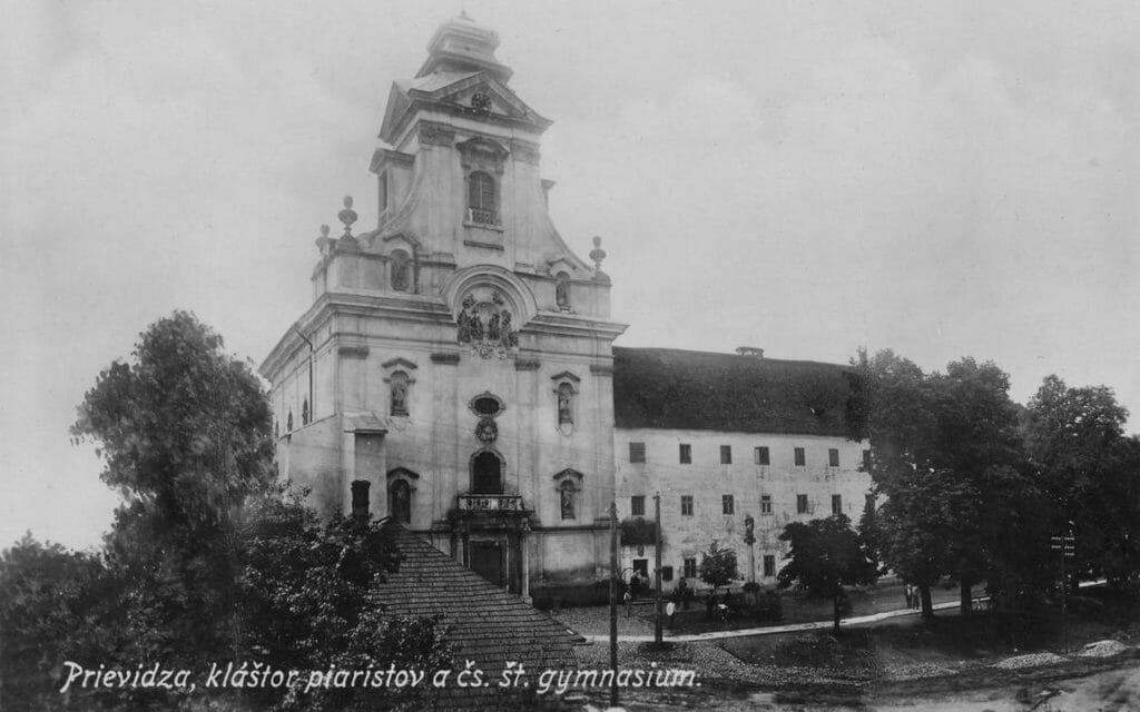 Piaristický kláštor a škola na historickej pohľadnici