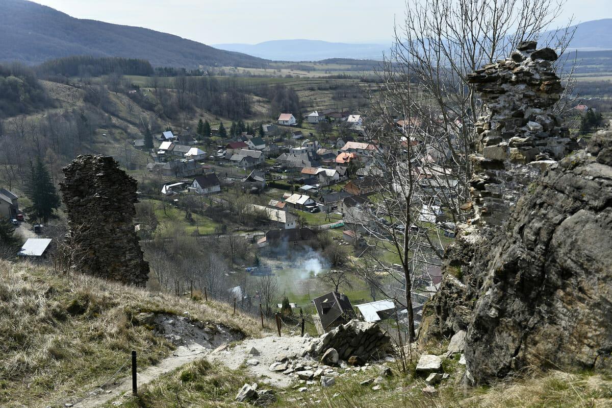 Pohľad na obec Podhradie od hradu Sivý kameň