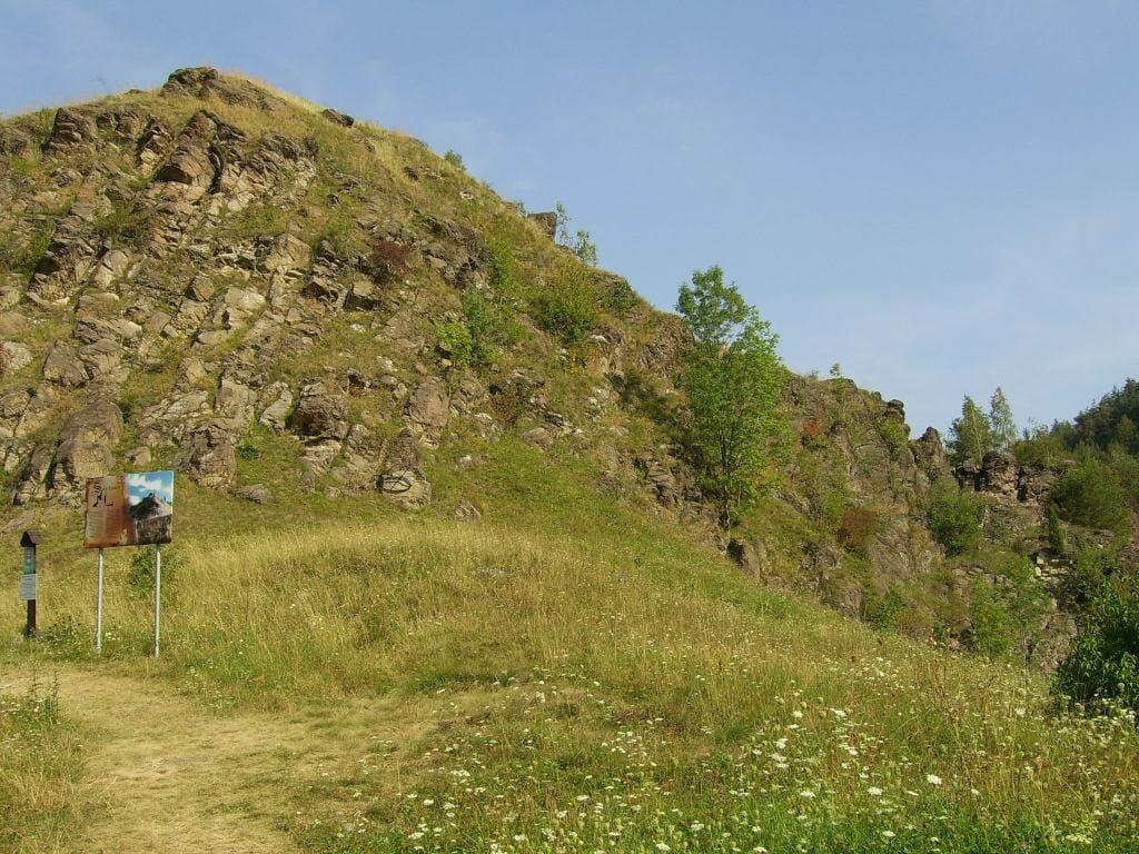 Pohľad na zvyšky hradu Sivý kameň