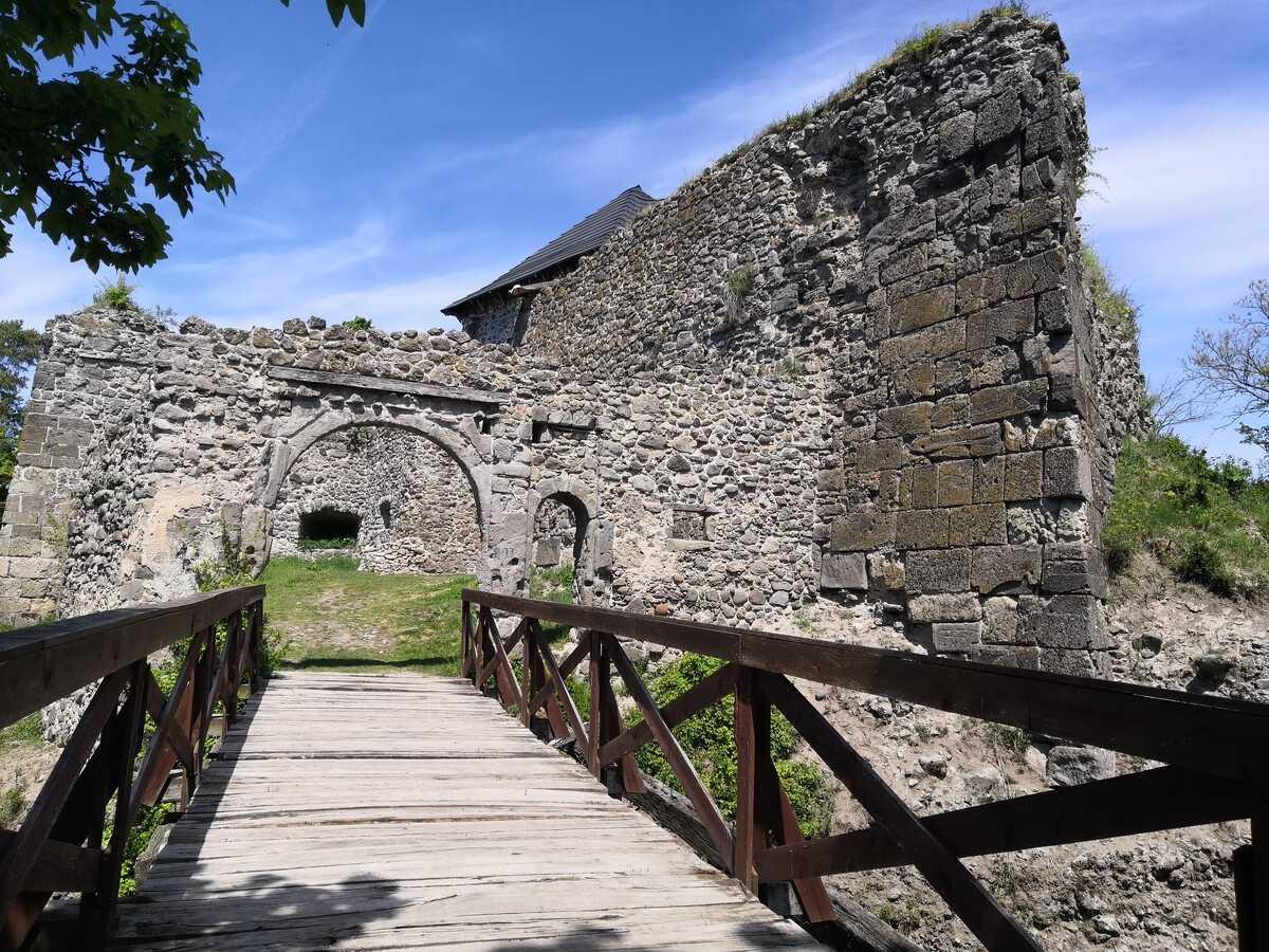 Vstupná brána na hrad Čabraď