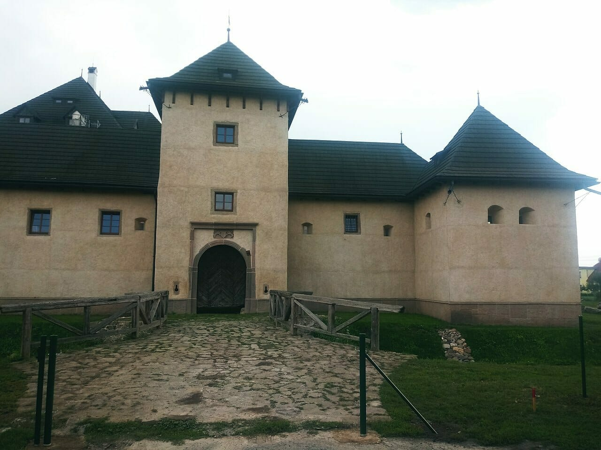Vodný hrad v Hronseku