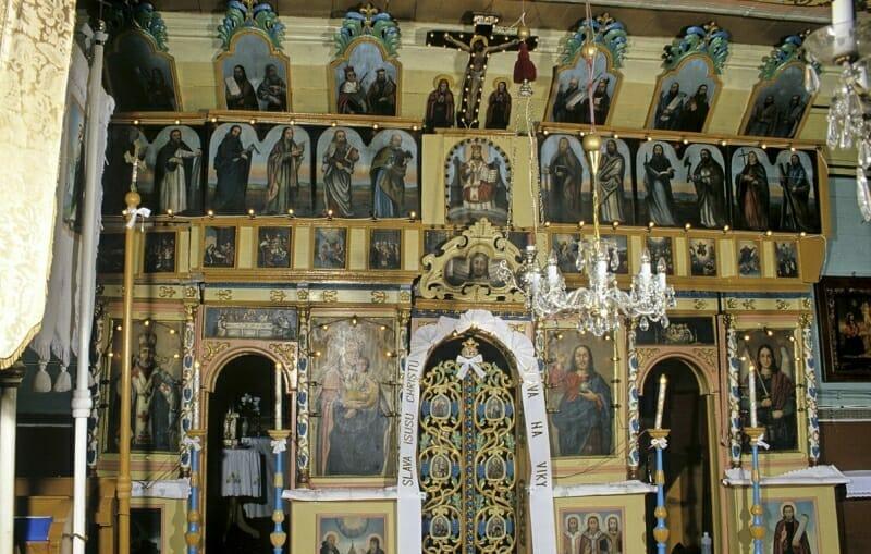 Interér dreveného kostola vo Fričke