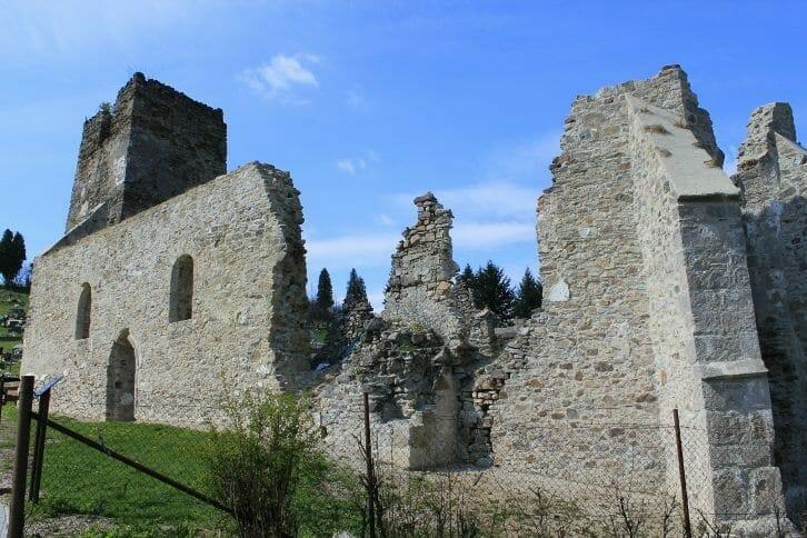 Gotické oporné piliere presbytéria po rekonštrukcii
