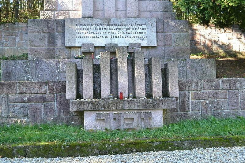 Detail na židovskú sviecu Menora. V spodnej časti je nápis v hebrejčine - Zachor (Pamätaj).