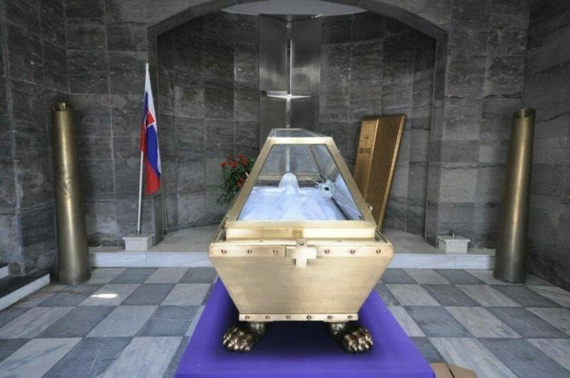 Busta Andreja Hlinku s nerezovým krížom