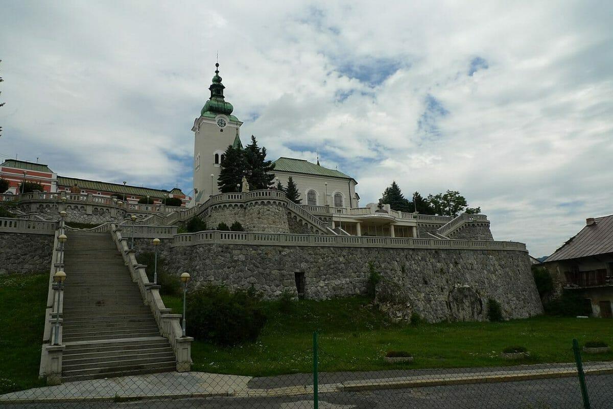 Schody vedúce k Mauzóleu Andreja Hlinku, ku kostolu sv. Ondreja a radnici